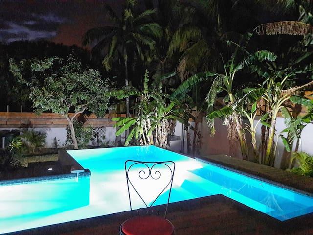 Suite indépendante Vue sur piscine&jardin tropical