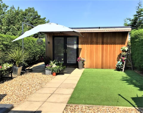 Cosy Central Garden Room/Gated Parking Available