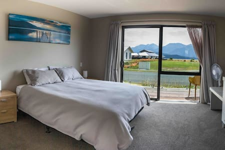 (3)NEW STUDIO LAKE VIEWS STUNNING TE ANAU