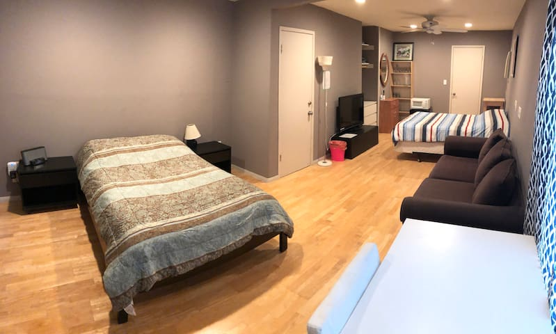 Suite (2 full/double beds) with shared bath by LAX