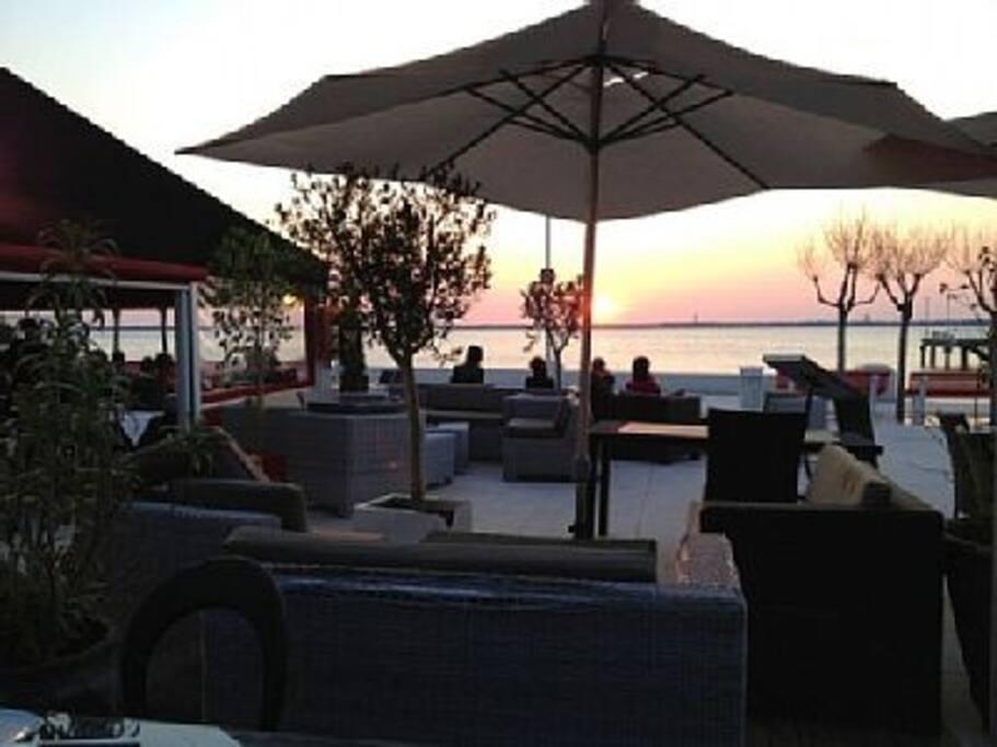 """Restaurant """" Royal Moulleau """" , vue sur mer à 150 m. ."""