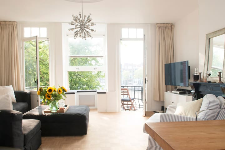 Overview Living  Room facing the Amstel River