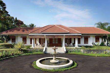 Villa Cempaka Fontaine la Riviere - Cisarua - Vila