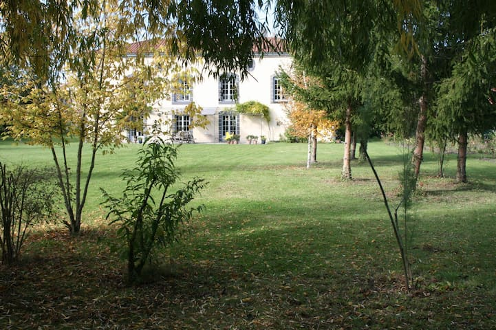 Property in a vast peaceful park - Riom - Casa