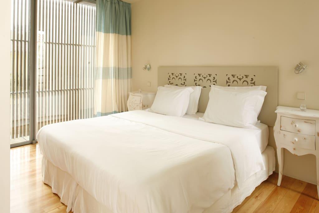 Cama de grandes dimensões (1,80x2 mts), colchão ortopédico com topper e roupa da cama de algodão egípcio.
