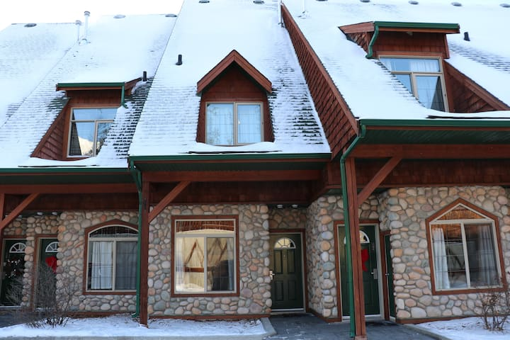 Cozy Modern Newly-Renovated Townhouse, 4 Beds - Canmore