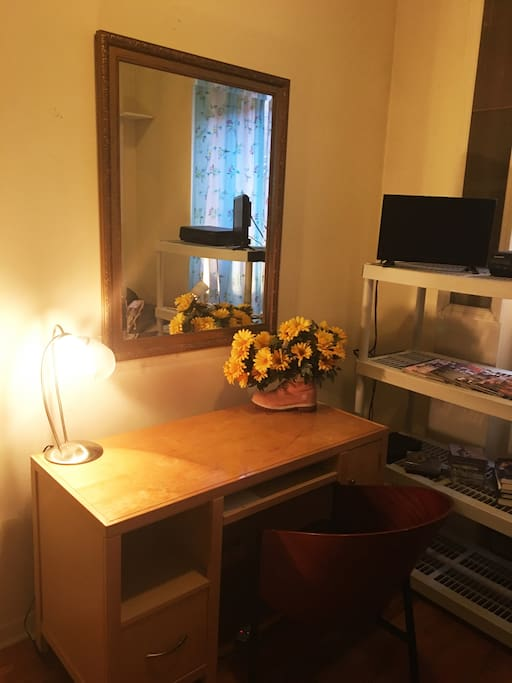 Quiet and comfortable one bedroom in the heart of Harlem, NYC. This room is two blocks from Central Park and one block from all major transportation. Wifi, bathroom with jacuzzi. You have a multitude of Restuarants and clothing departments.