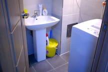 洗面所兼洗濯室「歯磨き粉、洗剤備え付け)/a washroom with a laundry