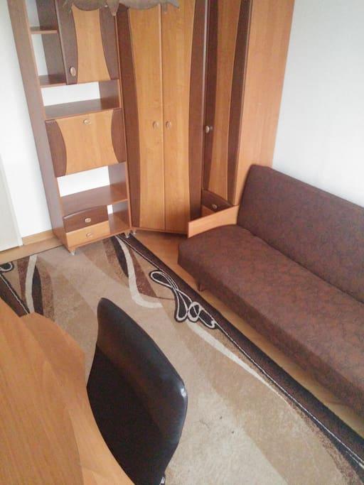 (2) pokój jednoosobowy lub dla pary / a -rozkładana kanapa