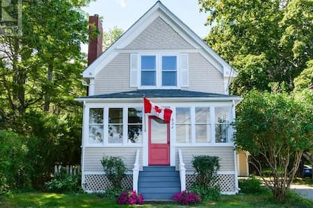 Beautiful seaside cottage in scenic Mahone Bay