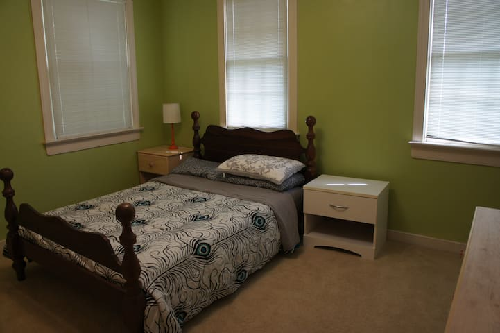 A room in a 3-bdr house in West End of Richmond b