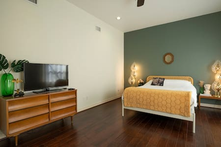 Montrose suite w.private entrance CLOSE TO IT ALL!