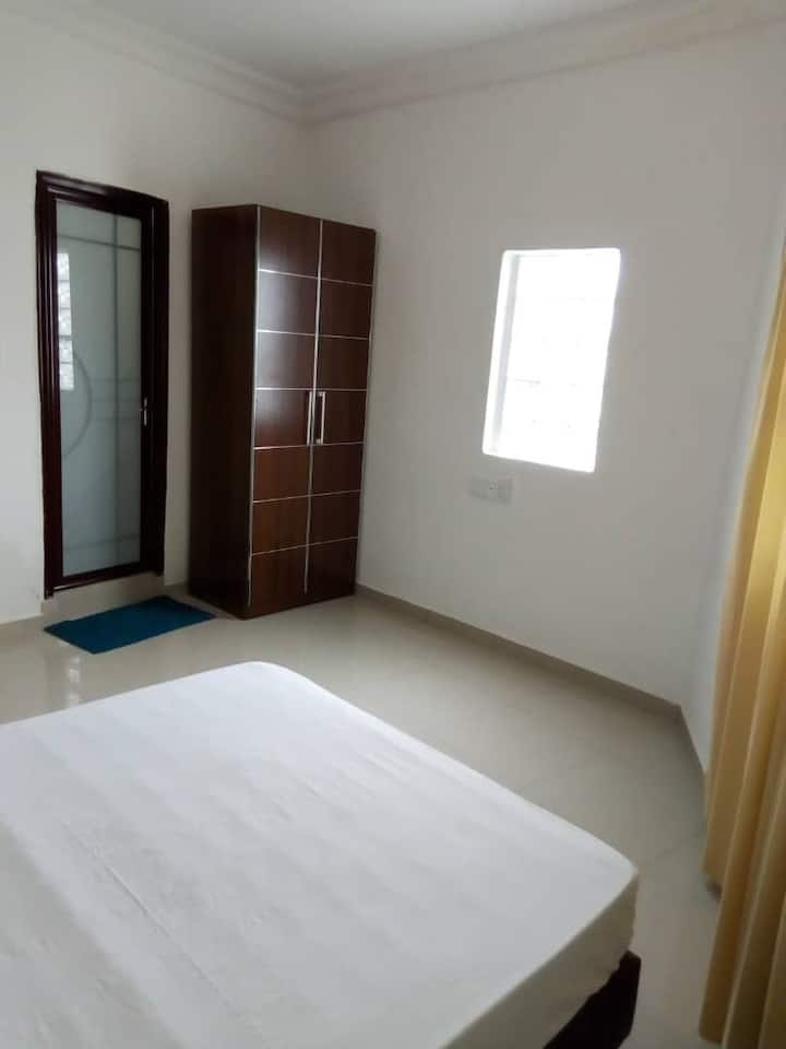 Chambre ensoleillée dans luxueux complexe