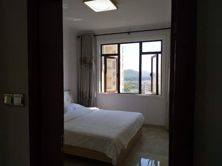 公主海景度假公寓位于东山岛最美丽的金銮湾沙滩旁边距离沙滩100米,离苏峰山环岛路公路一公里,位置很棒