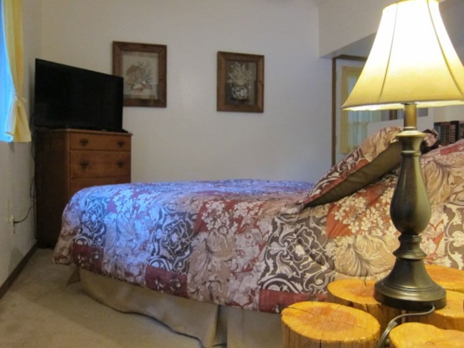 This bed has a queen bed with memory mattress. Has a HD TV, CD,  Blue Ray