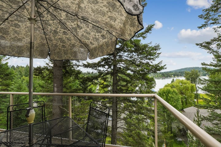 Hillside Condo 17C just steps away from Whitefish Lake