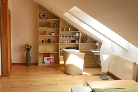 Sunny studio close to train station + parking.
