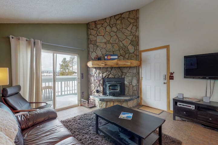 Mountain view condo w/shared pool/hot tub/gym, deck & fireplace