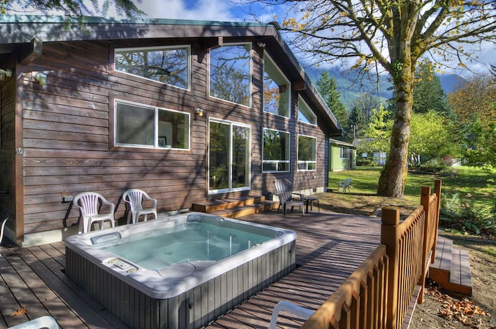 Riverfront Lodge Close to Stevens, Hot Tub, Stunning Views, Pets OK!