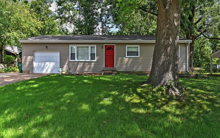 4BR St. Louis Home w/Large Backyard & Grill! - St. Louis - Casa