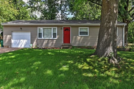 4BR St. Louis Home w/Large Backyard & Grill! - St. Louis