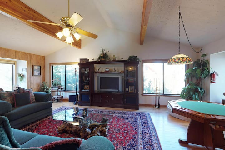 Spacious, beautifully appointed home with private hot tub.  Walk to the lakes!