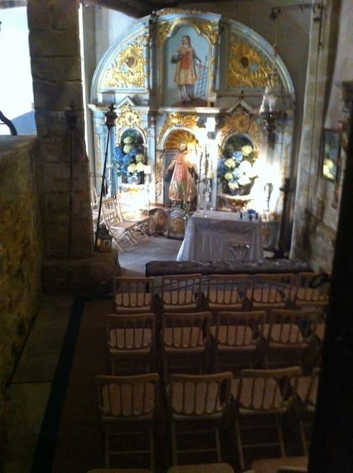 La capilla preparada para una misa