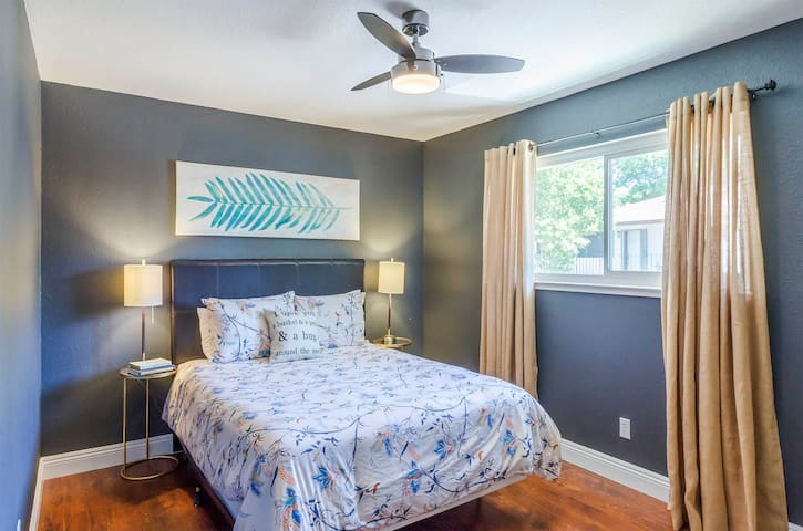 Remodeled Central Comfy Condo sleeps 5 w/ a pool!