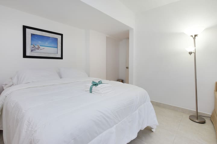 The beach is but a short walk away - Surfside - Apartament