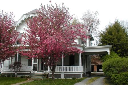 Victorian House, bedroom, queen bed - Troy - Hus