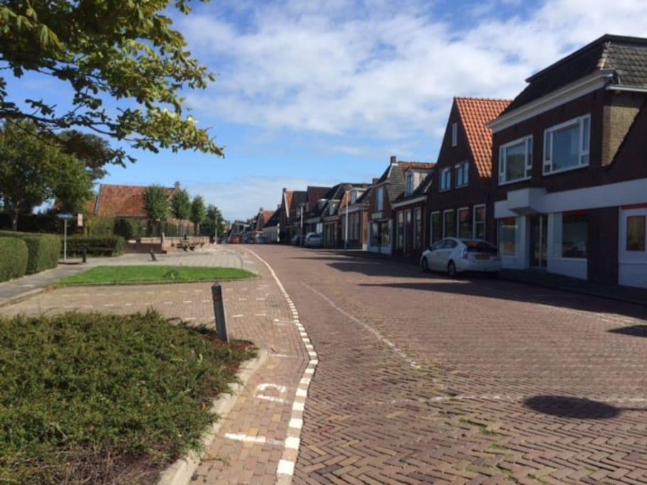 De straat waaraan het vakantiehuis gelegen is.