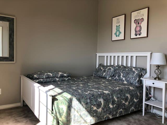 208 安大略安全社区全新别墅内的明亮温馨的大床房(带智能电视)