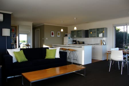 Coorong Waterfront Retreat, holiday house. - Meningie