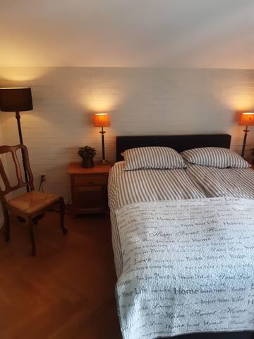 Eerste slaapkamer 2 x 1 persoons bed. Tempur matrassen, boxspring. Bedden kunnen uit elkaar geschoven worden  tot 2 x 1 persoons bed. Vanuit de slaapkamer kun je naar het balkon. ( privé balkon )