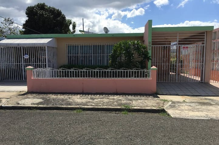SpaciousHouse close to town uprm and 5m drive beac - Mayagüez - House