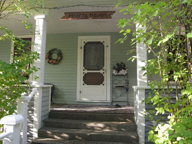 1908 Heritage Retreat 1 to 4 guests - Salmon Arm - Bed & Breakfast