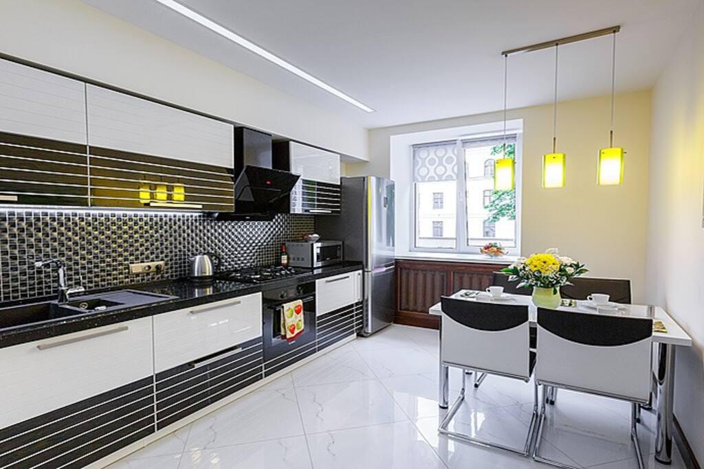 Гости могут самостоятельно готовить на кухне с холодильником, плитой, посудомоечной машиной, микроволновой печью и электрическим чайником.