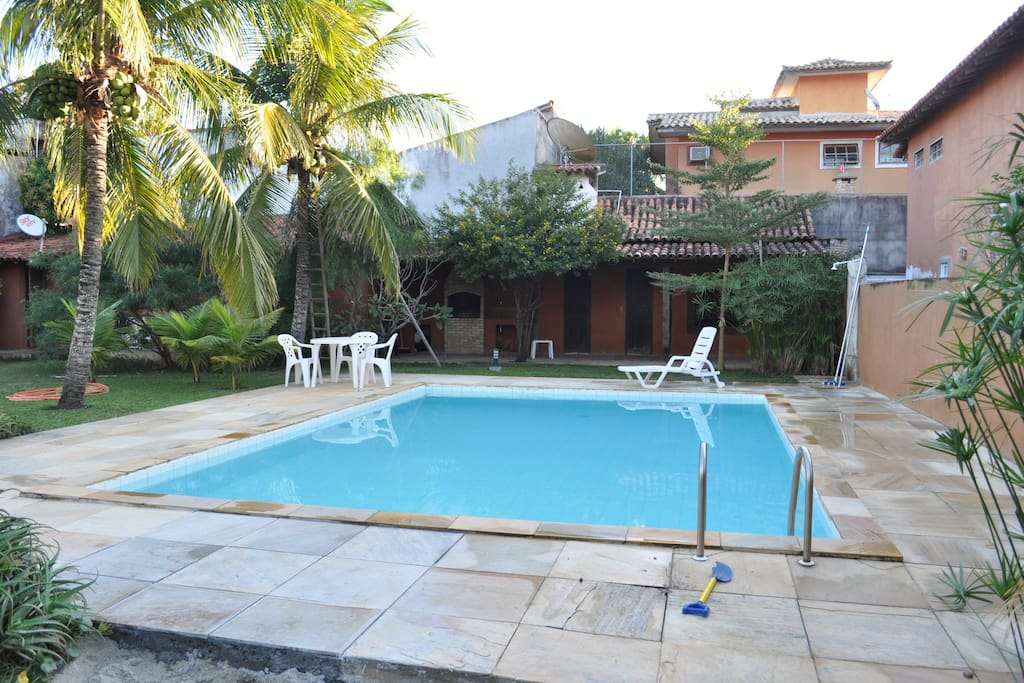 piscina do condomínio com sauna ao fundo