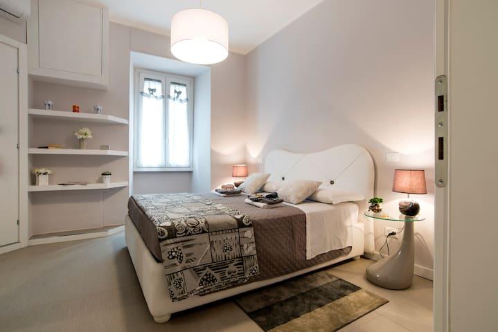 Camera matrimoniale con  bagno privato in camera, silenziosa, finemente arredata , finestre insonorizzate, wifi, tv, aria condizionata, set di cortesia in bagno .