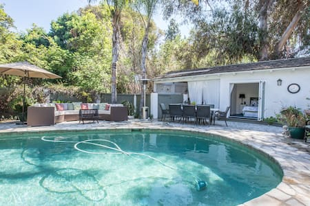 Pool side cabana in exclusive area - Rolling Hills Estates