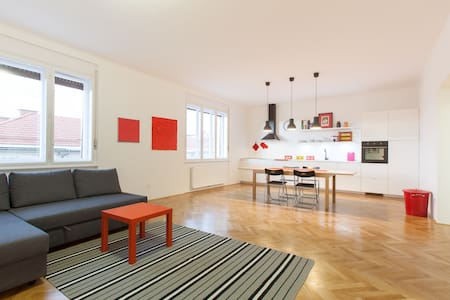 Just renewed, cosy, 2 minutes walk from the market and the castle of Ljubljana, 5 from the main square.  Fully equiped for small kids (beds, changing desk, special chair). Private garage. Sheets and towels included + breakfast + wifi