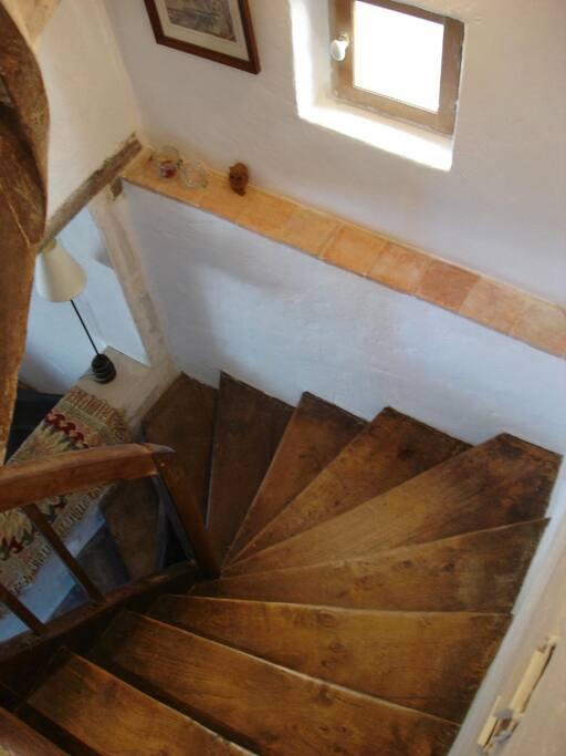 Les escaliers ménants à l'étage