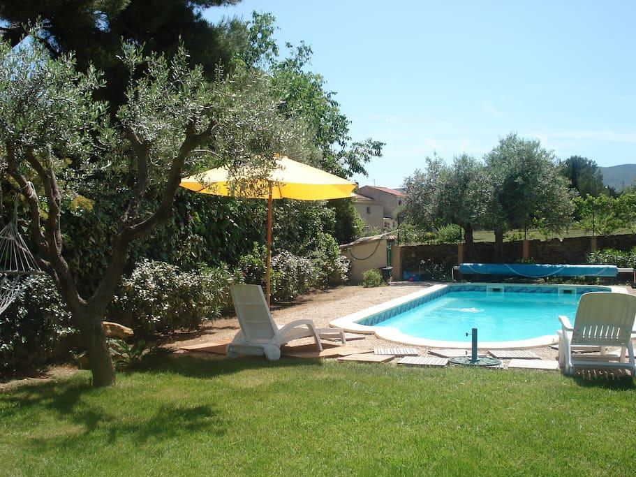 vue générale de la villa piscine et jardin du bas