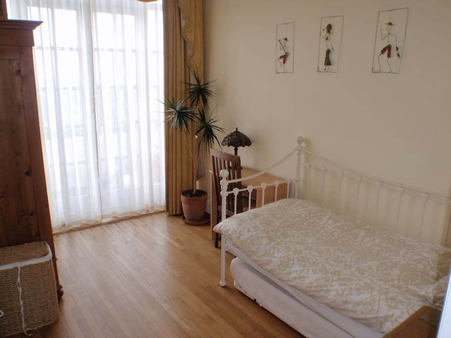 Room with direct access to the seafront on ground floor