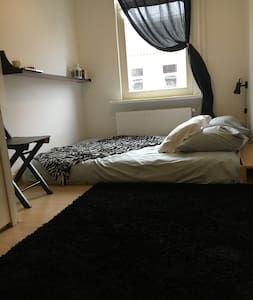 Central cozy bedroom close to city and vondelpark - Amsterdam - Apartment