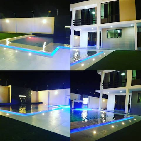Moderna casa con amplia área social y piscina