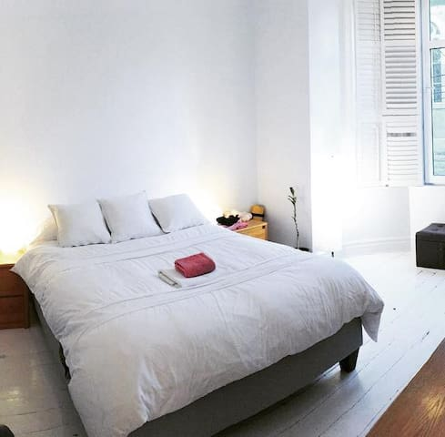 Large luminous room for two w queen bed and bay window (west so sunset!)