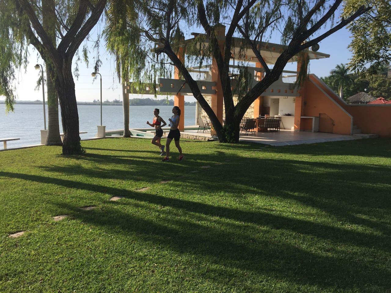 Amplios jardines justo frente a Laguna para hacer ejercicio, eventos al aire libre, acampar.
