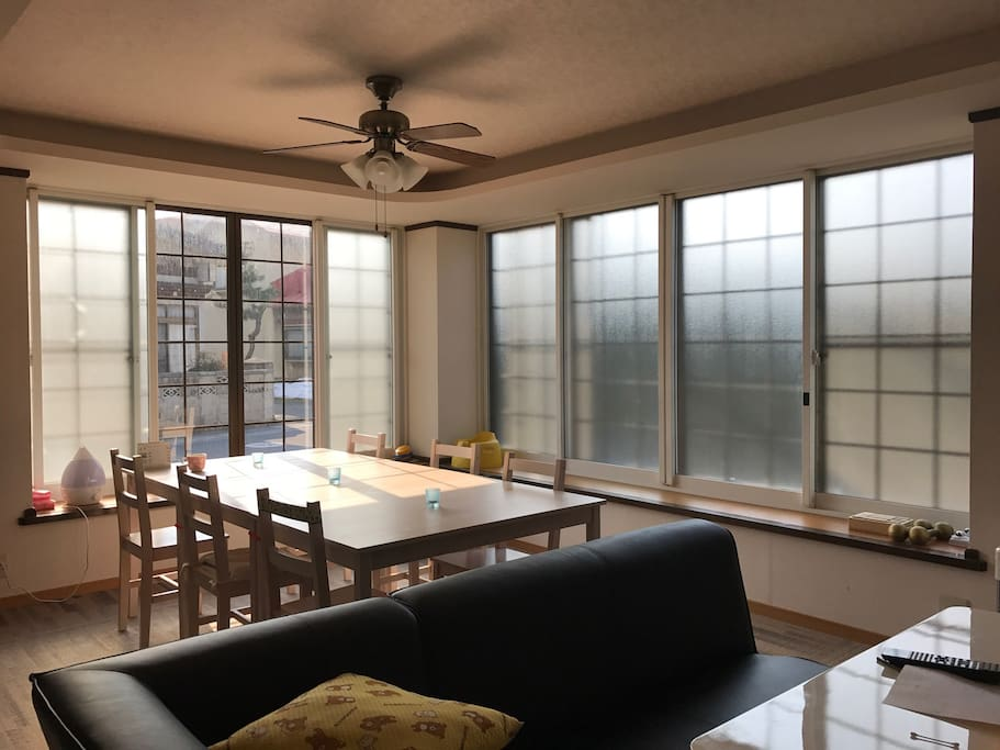 1F A living and dining. Shared use for 6 to 8 people  (共用スペース)  1Fの32畳リビングダイニングです。6〜8人がけテーブル、ソファ、大型テレビがあります。朝日が差し込む明るい部屋です。