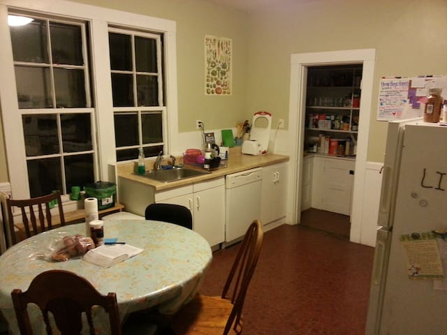 kitchen: pantry, appliances: oven+stove, microwave, refrigerator